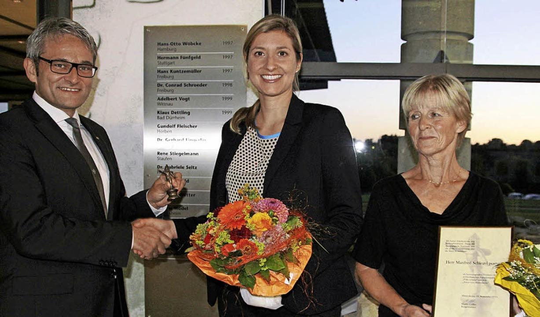 Die postume Verleihung des Amors an Ma...Bürgermeister Martin Löffler entgegen.  | Foto: Sabine Model