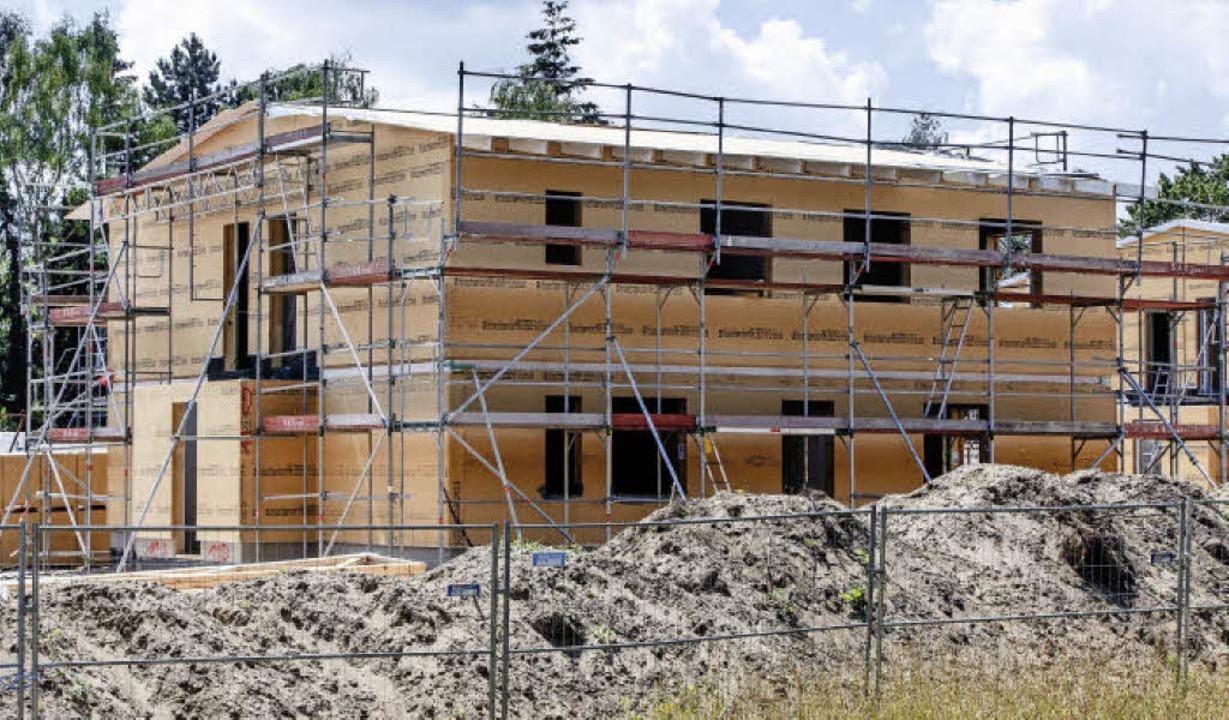 Der Bau von Sammelunterkünften dürfte ...htlingen auch unterbringen zu können.   | Foto: dpa