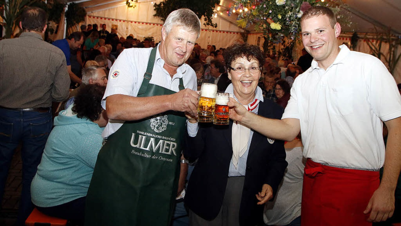 Hugo Wingert  Christa Lechleiter und Dirk Buss eröffnen das DRK-Fest.     Foto: heidi fössel