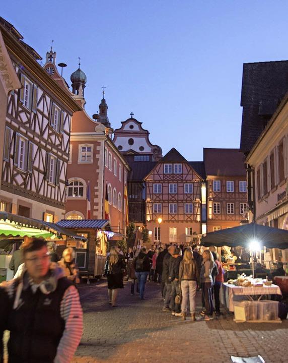 Mit der Dämmerung ging es am Freitag z...elligem Beisammensein in die Altstadt.  | Foto: Olaf Michel