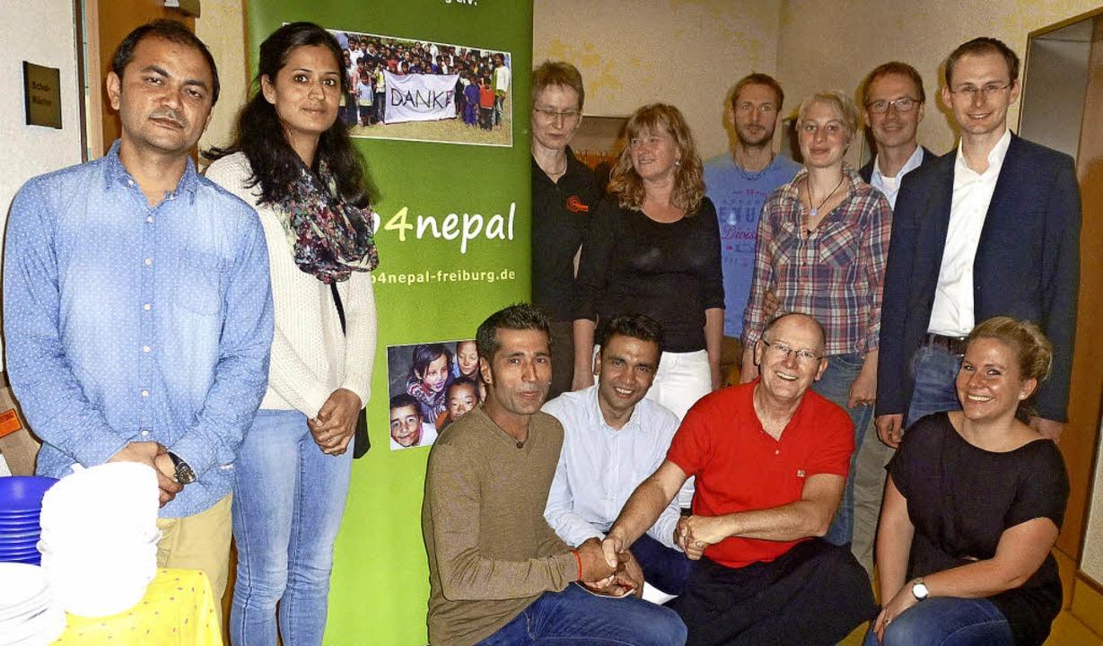Veranstalter, Spender und Spenden-Empf...; im Foyer der Löffinger Grundschule.   | Foto: Karin Scherer