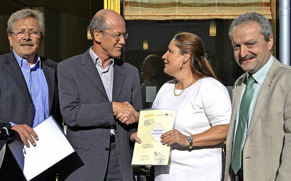 Von links Michael Gehri (Bürgerverein)...nungsstätte und des betreuten Wohnens.    Foto: Paul Berger