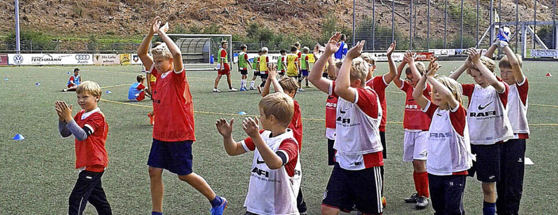 Einmarsch zum Mini-Championsleague-Spi...20; beim Füchsle-Camp des  SV Todtnau.  | Foto: ZVG