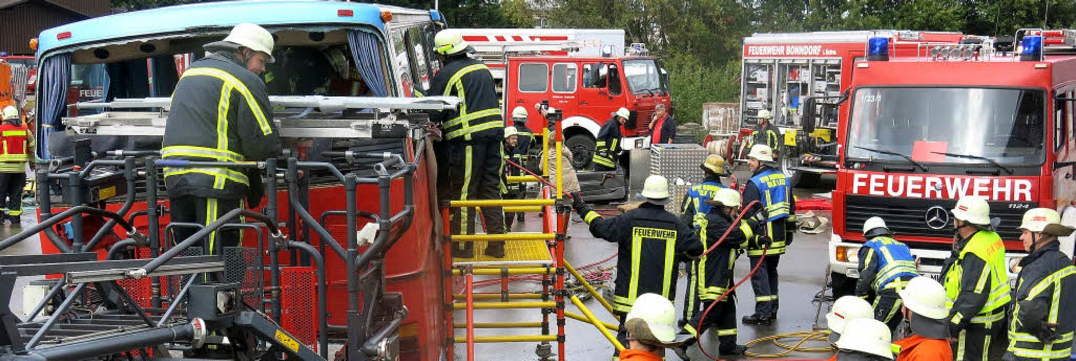 Verletzte wurden bei der diesjährigen ...ter aus dem verunglückten Bus geholt.   | Foto: Erhard Morath