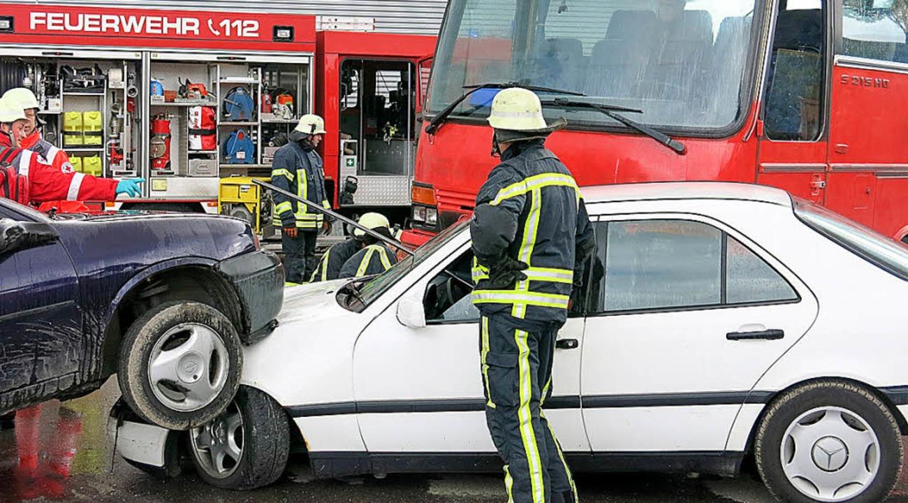 Raumschaftsübung: Schwerer Unfall mit Bus und zwei weiteren Fahrzeugen  | Foto: Erhard Morath