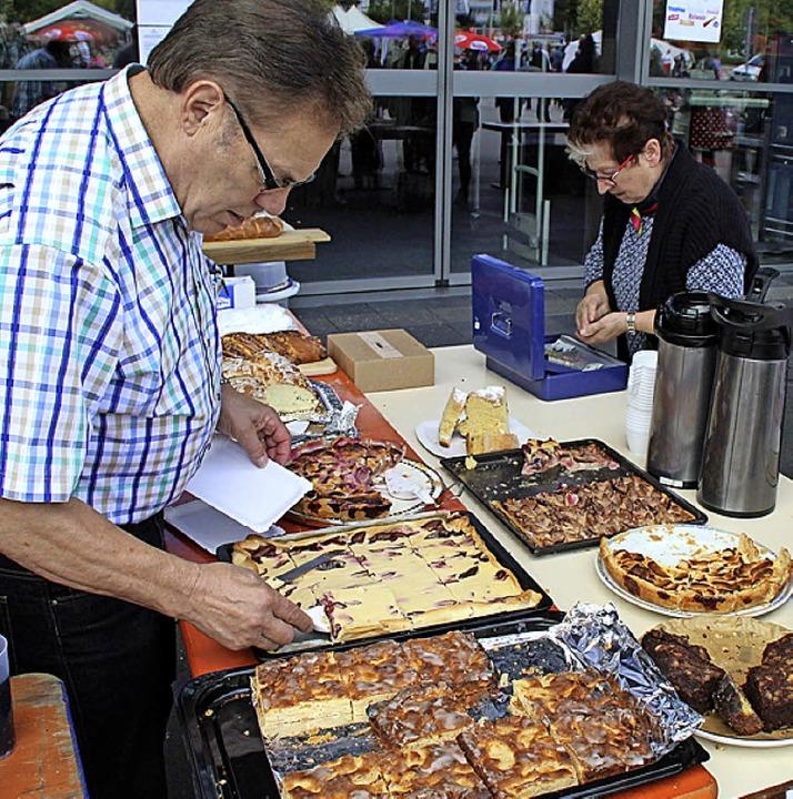 Am Kuchenbuffett der Damen von Frauenc...Anblick und Duft großes Verlangen aus.  | Foto: Rolf Reißmann