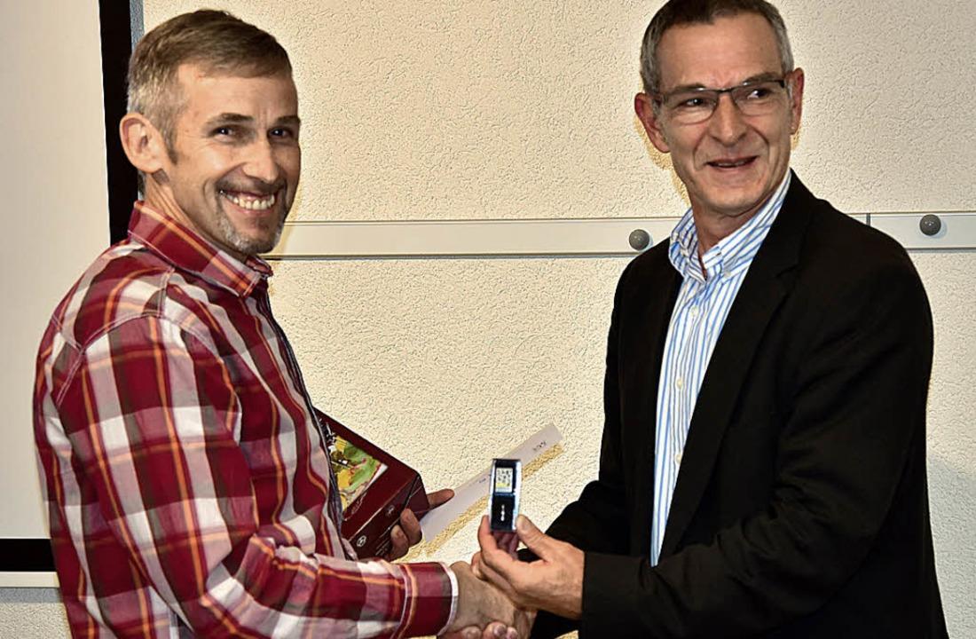 Reinhard Wolfsperger (links) wurde für...von Bürgermeister Michael Goby geehrt.    Foto: Hans Meidhof