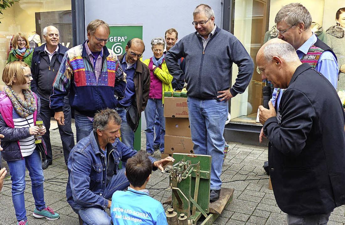 Bürgermeister Alexander Guhl (Mitte) h...Humor, genauso wie das Stadtoberhaupt.  | Foto: Weltlädeli Murg