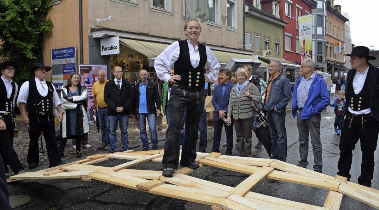 Handwerkliche Fähigkeiten demonstriert...aus Brettern – sie hielt stand.     Foto: Nikolaus Bayer