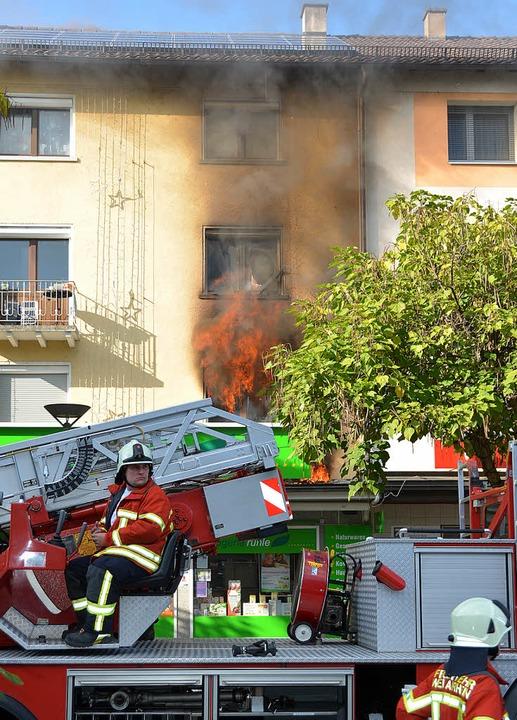 Flammen schlagen aus dem Fenster der W...g, in der der Brand ausgebrochen war.   | Foto: Lauber