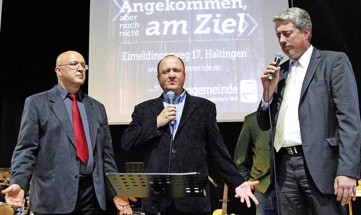 Pastor Eugen Heppler, Maurice Nighting... (von links)  bitten um Gottes Segen.     Foto: Sedlak