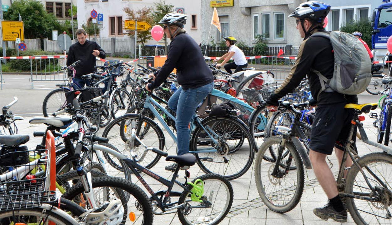 Räder aller Art und Radler trafen pausenlos  auf dem Oberrheinplatz ein.     Foto: Petra Wunderle/ I. Böhm-Jacob