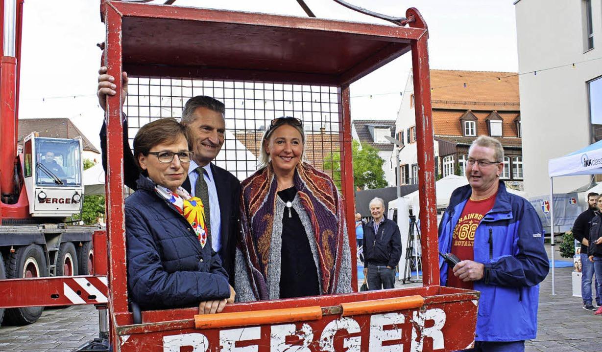 Auch EU-Kommissar Oettinger ließ sich ... um Offenburg von oben zu betrachten.     Foto: trauden