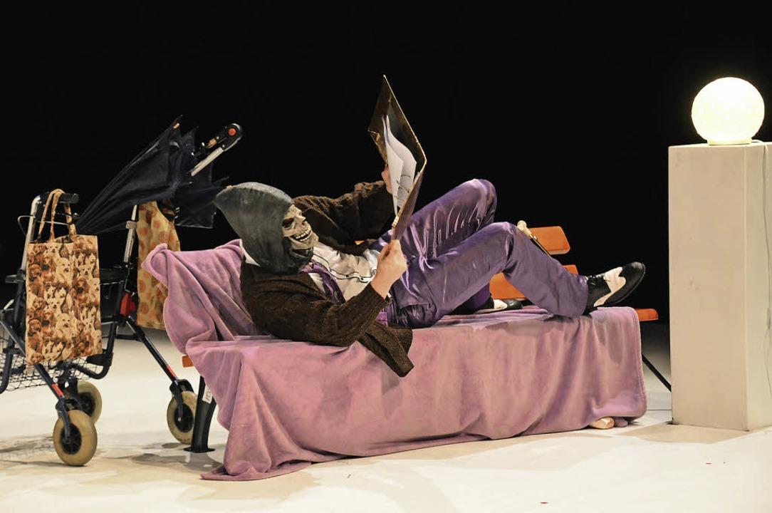 Szene aus der sehr freien Adaption von... Theaterkollektiv Markus & Markus   | Foto: Annette Mahro