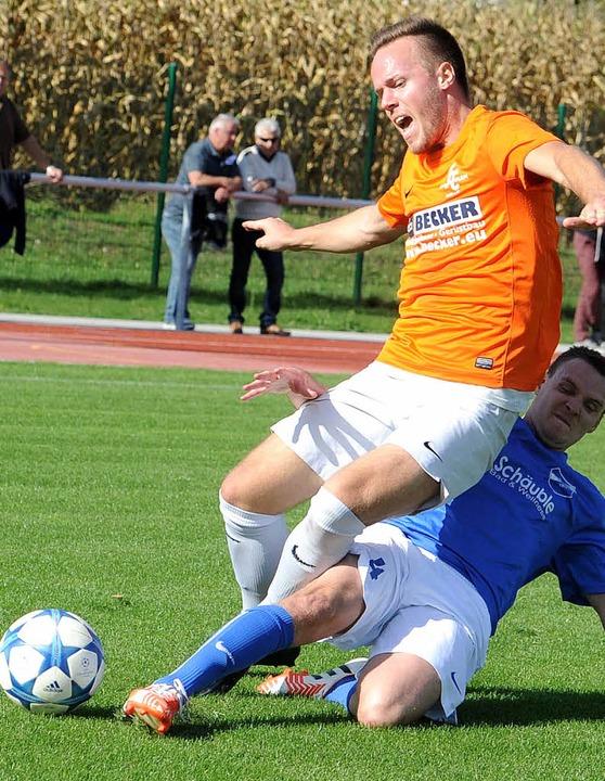 Erfolgreich getackelt: Der Efringer An... Sebastian  Margenfeld (FC Denzlingen)  | Foto: Meinrad Schön