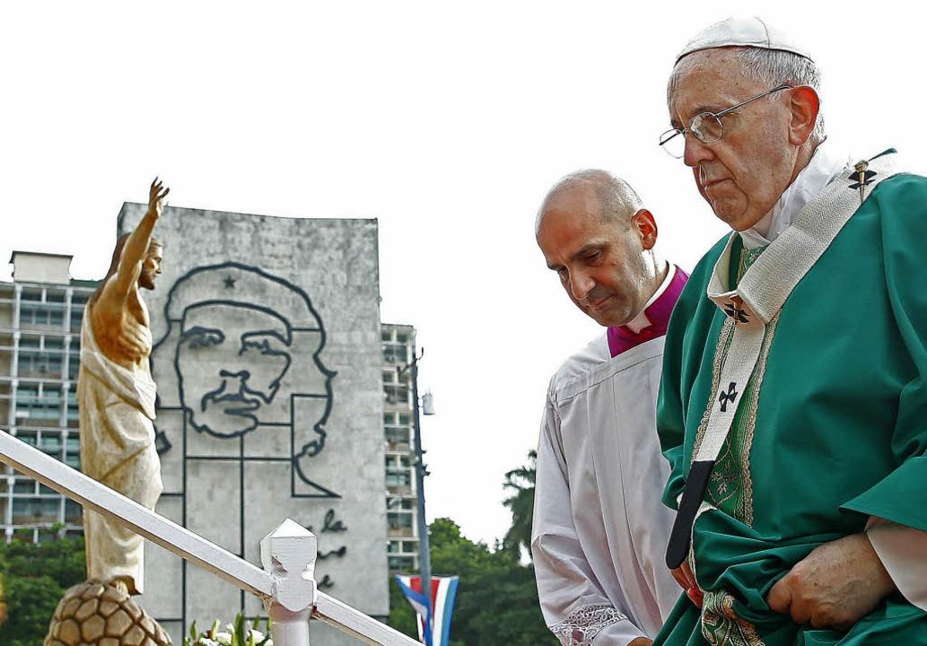 Papst Franziskus vor einer Jesus-Statu...fei der Revolutionsikone Che Guevara      Foto: afp