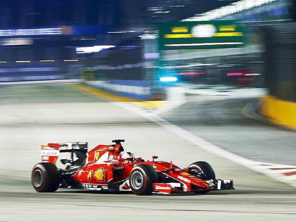 Vettel auf der Strecke in Singapur.    Foto: dpa