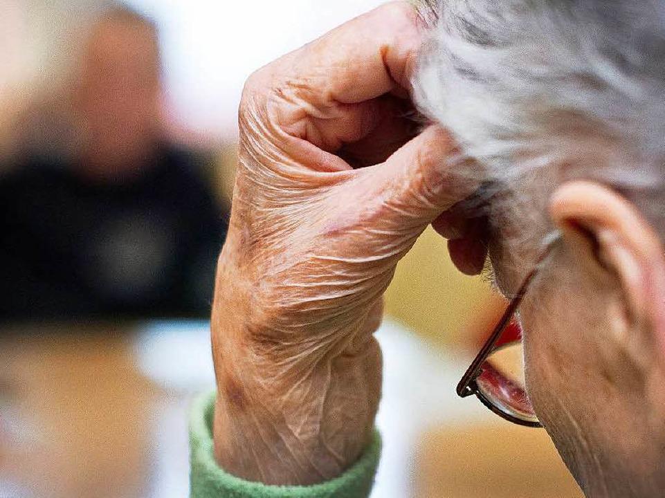 Bei rund  60% aller Demenzkranken liegt Morbus Alzheimer vor.  | Foto: dpa-tmn