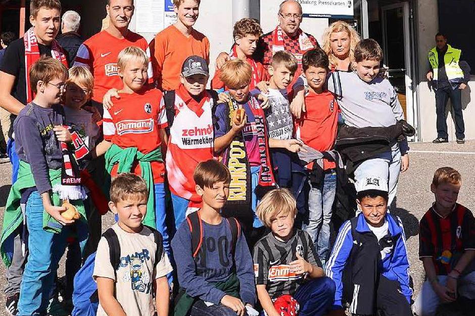 Timo hatte bei B. Zettis Ferienspaß ein Special gewonnen und durfte mit seiner Fußballmannschaft, der E-Jugend der Sportfreunde Schliengen, das Fußballspiel SC Freiburg gegen Arminia Bielefeld erleben und das Schwarzwald-Stadion besichtigen. (Foto: Achim Keller)