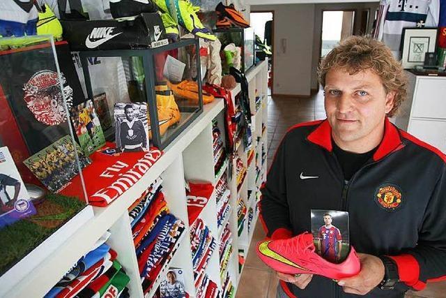 Rolf Gramer sammelt Fußballtrikots berühmter Spieler