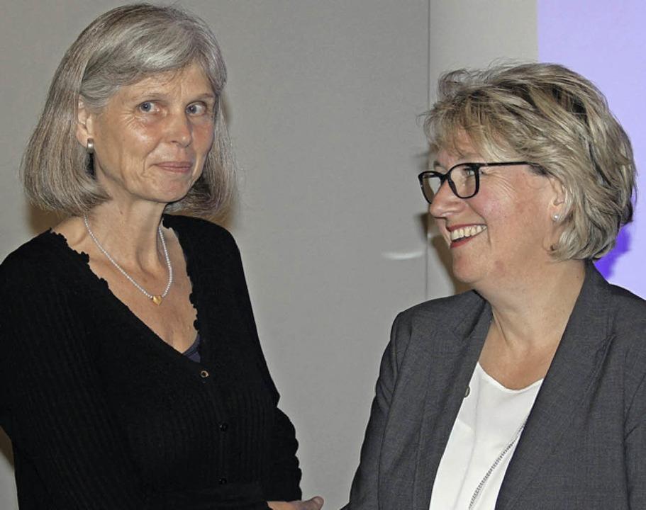Wechsel im Rat: Elisabeth Krogmann (li...rünen-Fraktion  in Empfang genommen.    | Foto: E. Krieger
