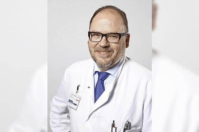Dr. Jens Wattchow spricht im Kreiskrankenhaus über die