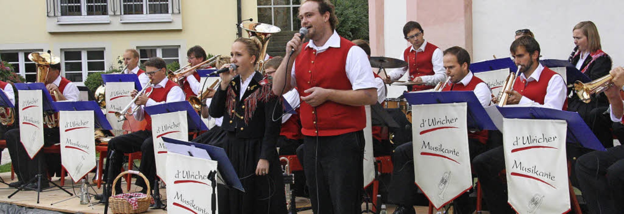 Fröhlich grüßte das Gesangsduo Julia u...Musikanten aus dem schönen Egerländle.    Foto: Hans Jürgen Kugler