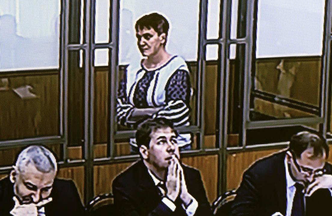 Nadeschda Sawtschenko im Gerichtssaal in der russischen Kleinstadt Donezk     Foto: dpa