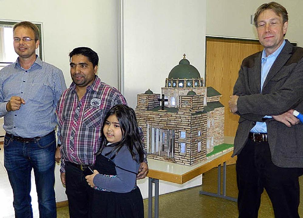 Saip Ademi und seine Tochter haben ein...g Rudolf (Helferkreis Asyl) übergeben.  | Foto: Privat