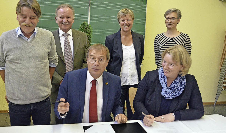 Freudiger Augenblick: OB Klaus Eberhar...s-Schule und Schulrätin Regina Höfler.  | Foto: Ingrid Böhm-Jacob