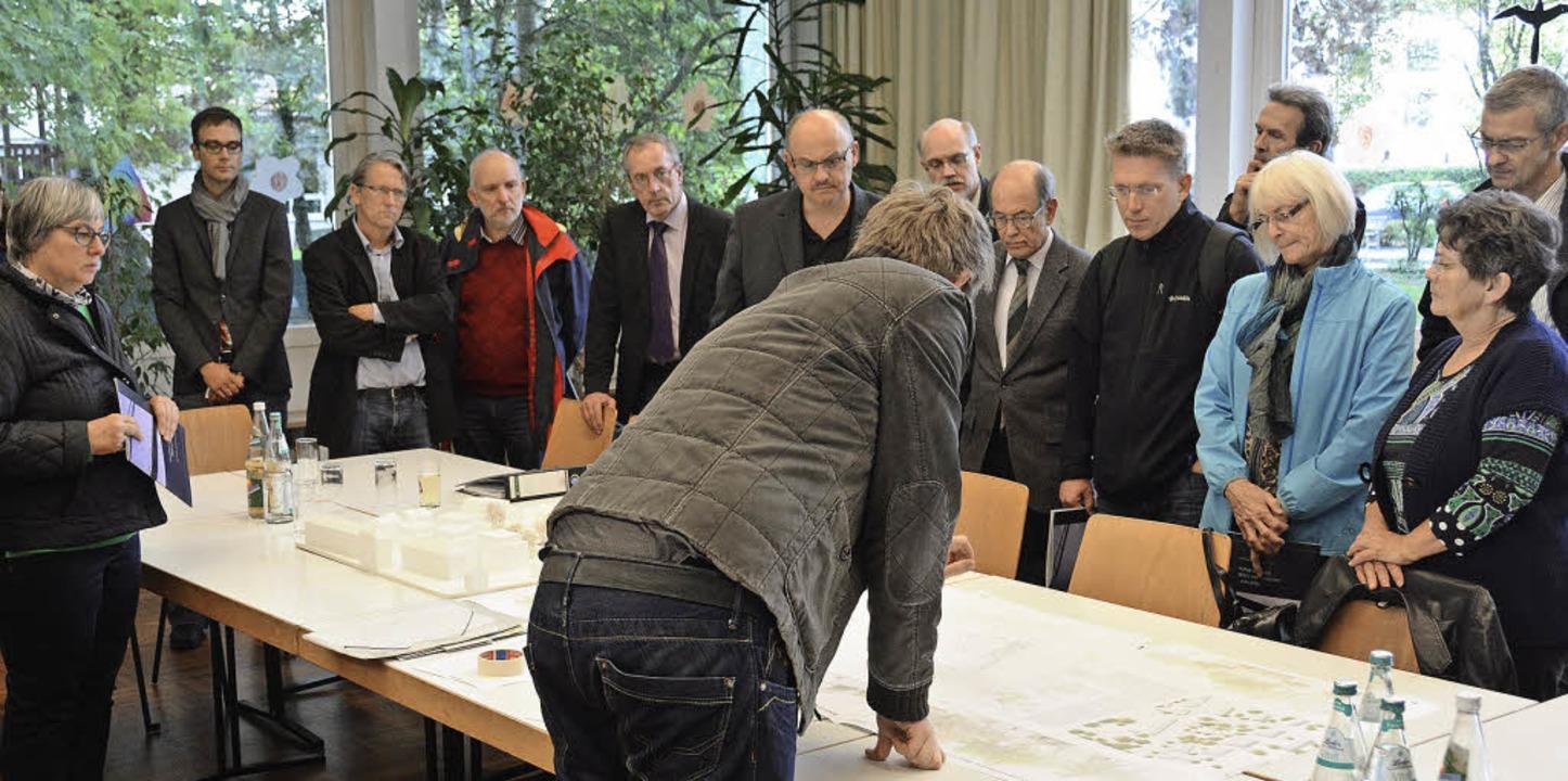 Architekt Thomas Buchler erläuterte de...äne für das Johannes-Gemeindezentrum.   | Foto: Lauber