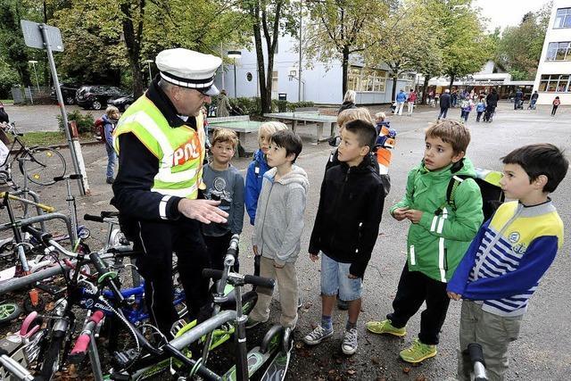 Zur Erstklässer-Einschulung war die Polizei vor der Loretto-Schule im Einsatz