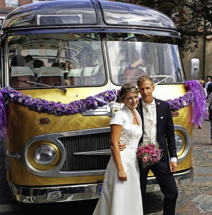 <BZ-FotoAnlauf>GOLD:</BZ-FotoAnlauf> Das junge Glück und der Oldtimer-Bus   | Foto: privat