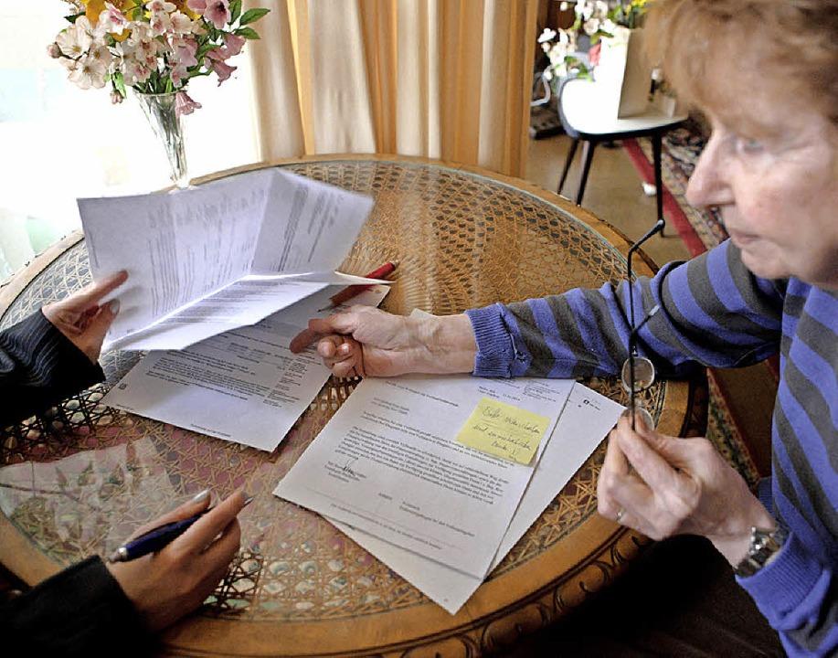 Beim Papierkram brauchen viele Hilfe   | Foto: dpa