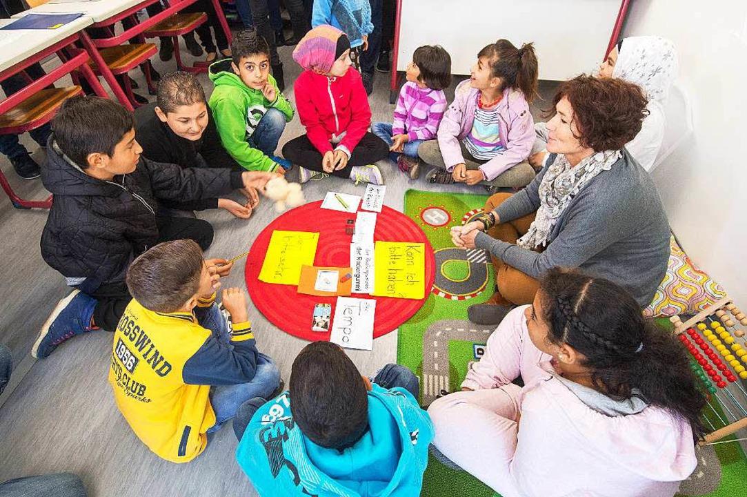Kinder in einer Erstaufnahmeeinrichtung in Regensburg  | Foto: dpa
