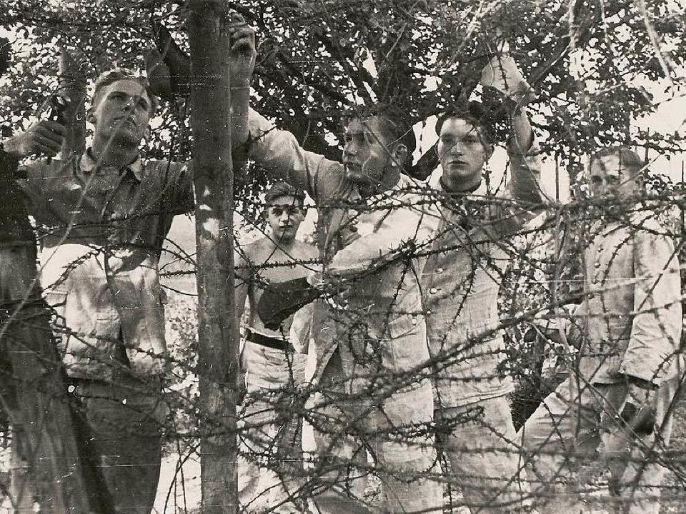 Der mit Stacheldraht gesicherte  Zaun ...r des Reichsarbeitsdienstes errichtet.  | Foto: Dokumentationsstelle der Gemeind