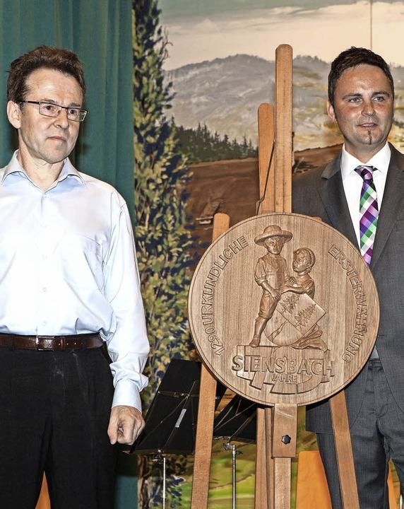 Klaus-Dieter Kienzler (links) überreic...kstein als Erinnerung an das Jubiläum.  | Foto: Photographer: Gabriele Zahn