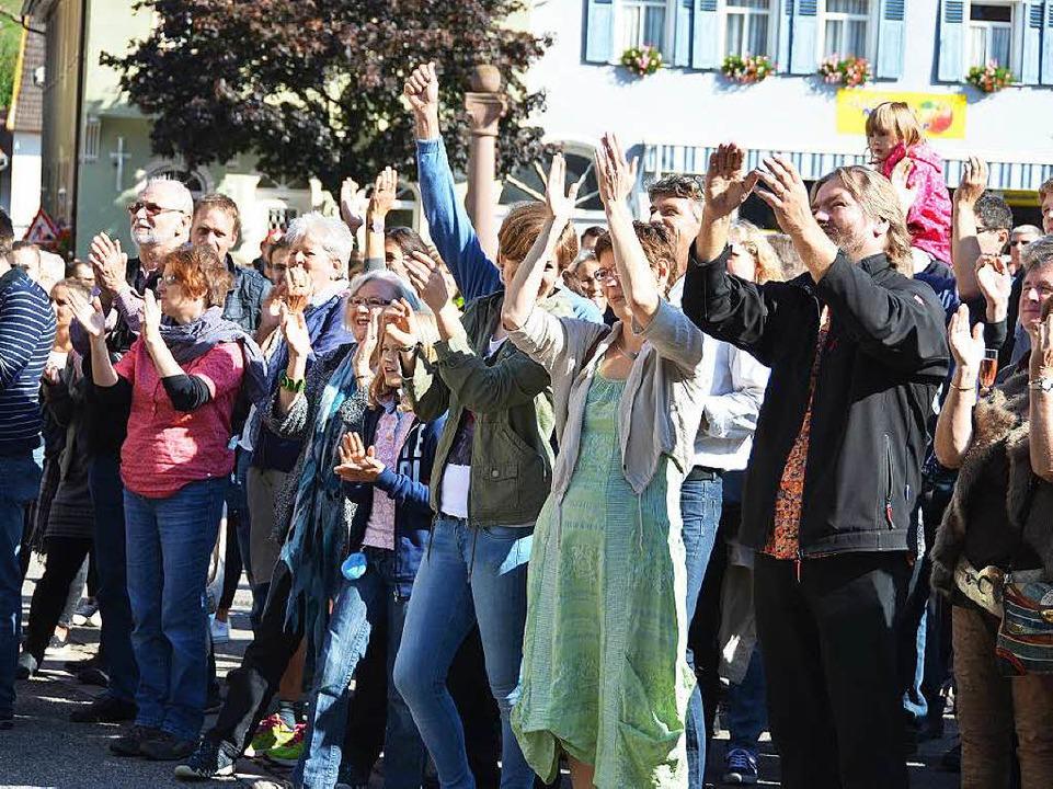 In vorderster Reihe  auf dem  Rathausplatz jubelt die Familie Schlumberger.    Foto: Sigrid Umiger