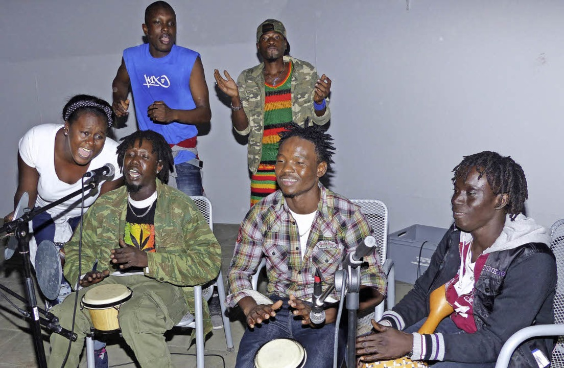 Die Gambierin Satang Kebba Tunkara (li...dem Flüchtlingsheim mit ihrem Gesang.   | Foto: Marion Rank