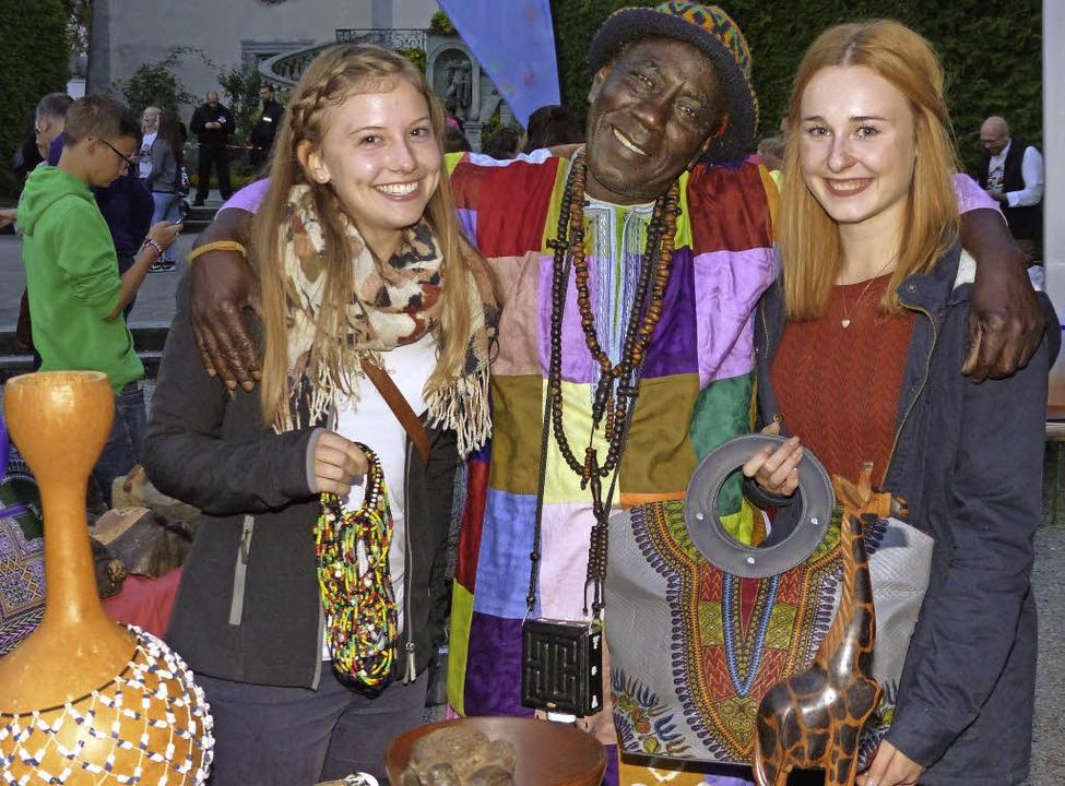 Händler Malik (Mitte) begeisterte mit ...d den Taschen auch diese jungen Damen.  | Foto: Marion Rank