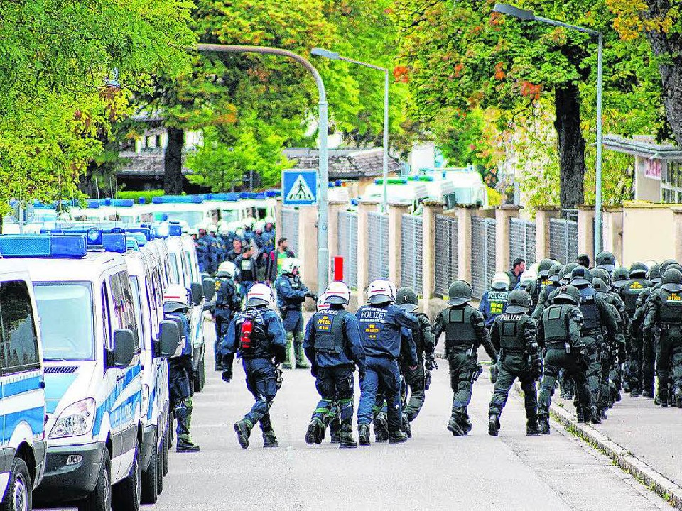 Mehr als 100 Einsatzkräfte der Polizei...isenstangen das gesamte Kasernenareal.  | Foto: Michael Pohl