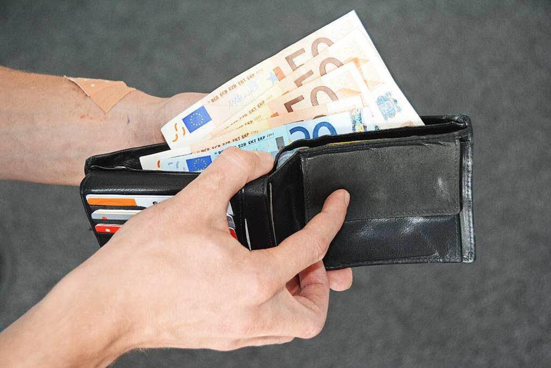 Trickdiebe haben einem alten Mann dies...aten, ob er ihnen Geld wechseln könne.  | Foto: Hannes Lauber