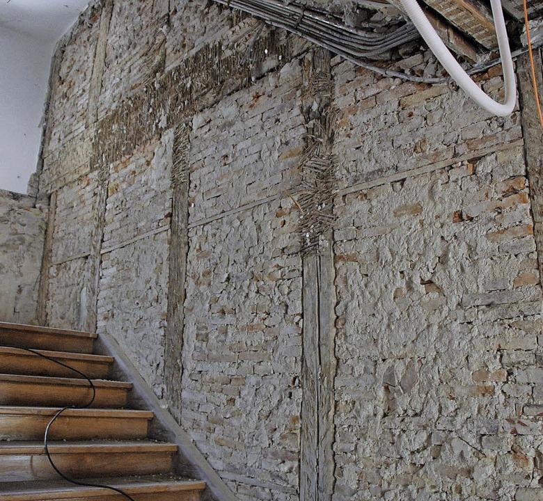 Nackte Wände, offen liegende Balken un...um Umbau und zur Sanierung dauern an.   | Foto: Stadt Waldkirch