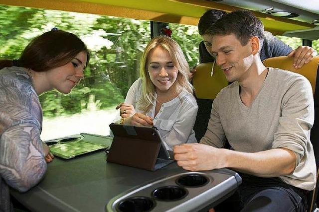 Junge Leute entdecken die vielen Angebote bei Busreisen