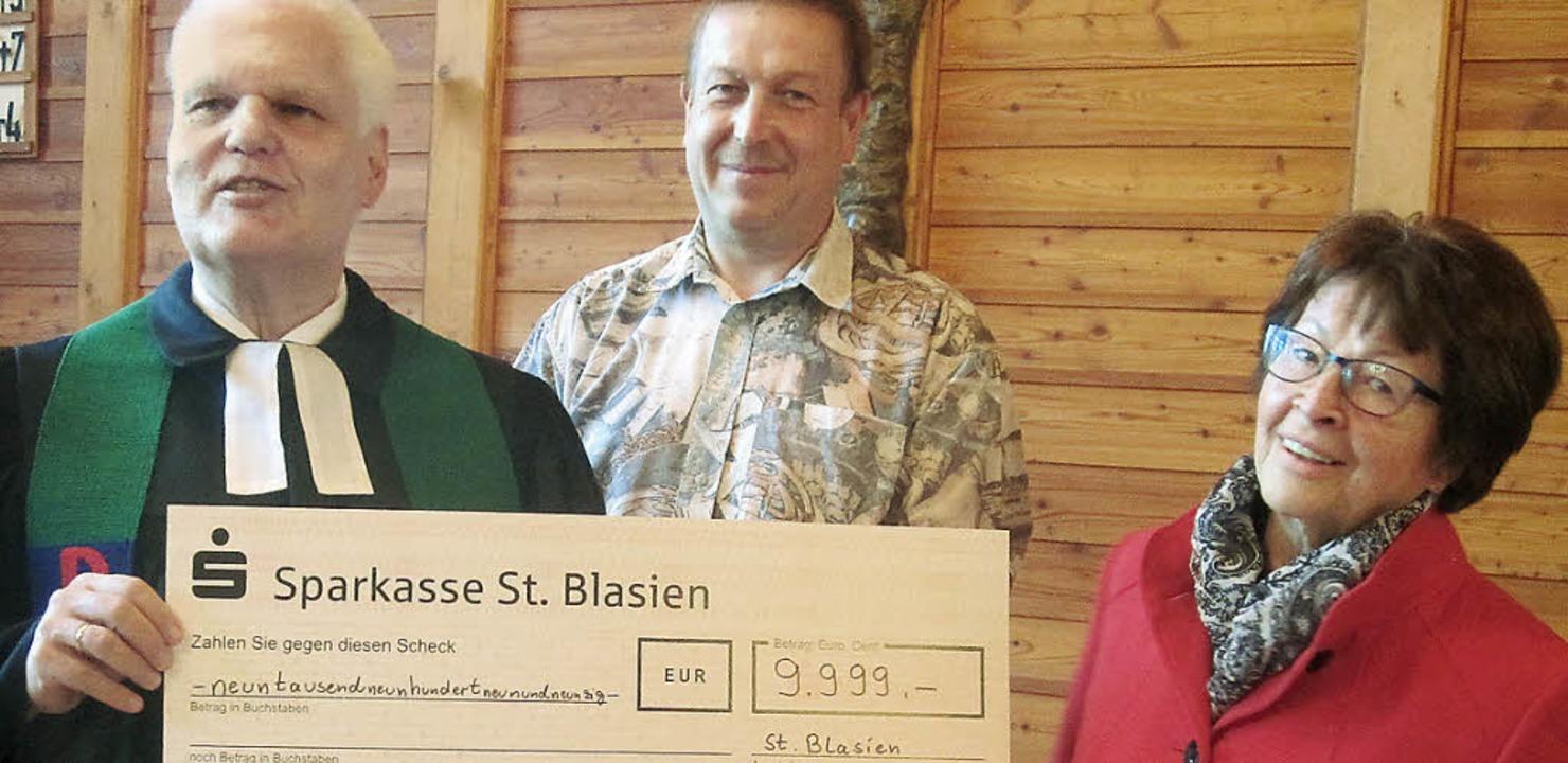 Pfarrer Traugott Weber und  Kirchenält...e Eipper den Scheck für das Kunstwerk.  | Foto: Evangelische Kirchengemeinde