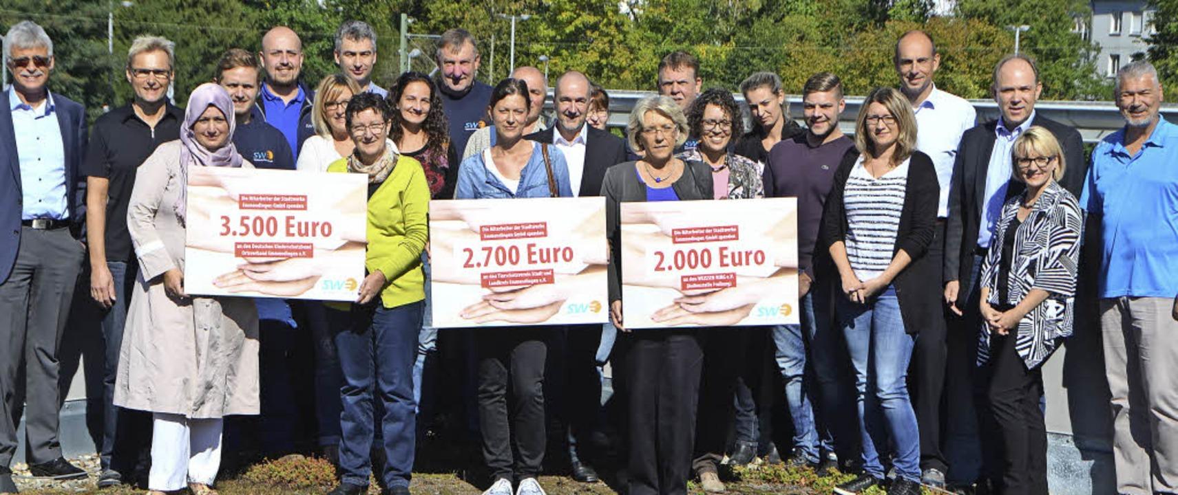 An die 8200 Euro haben die Mitarbeiter...ke-Geschäftsführer Karl-Heinrich Jung.  | Foto: Sylvia-Karina Jahn