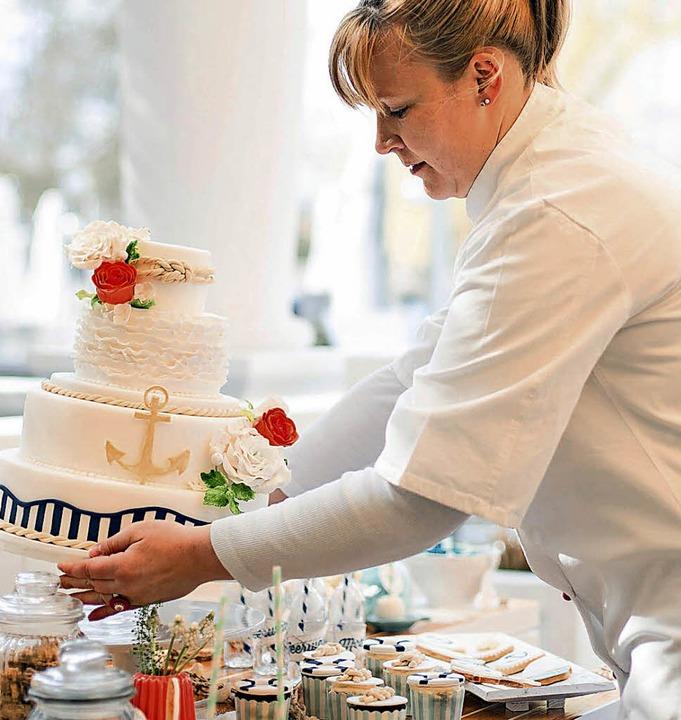 Rebecca Schweizer beim Richten eines Candy Table.  | Foto: Carolin Buchheim