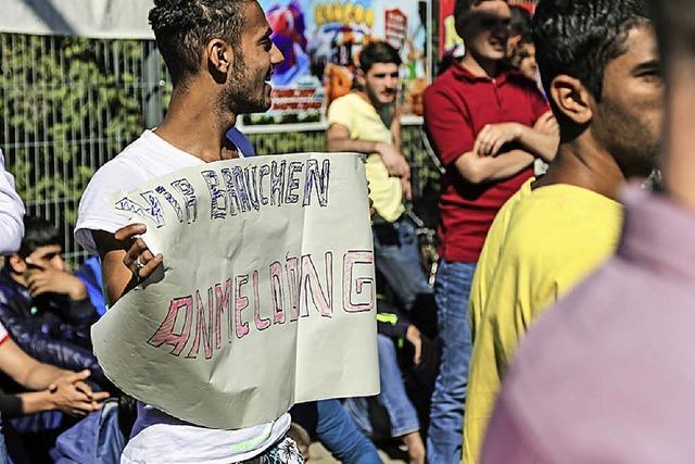 Frust wegen Wartezeit: 60 Flüchtlinge demonstrieren vor der BEA