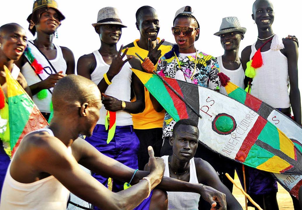 HipHop-Star aus Nairobi: Octopizzo (hintere Reihe, mit Sonnenbrille)     Foto: Pro