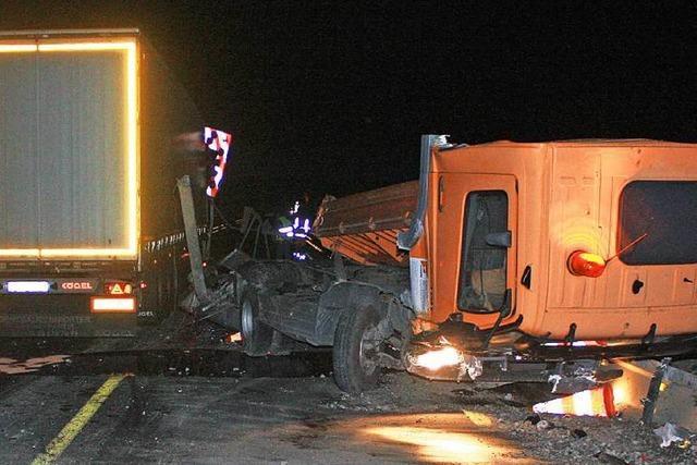 A5: 40-Tonner verursacht schweren Auffahrunfall